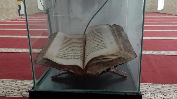 Di dalam Masjid Al Mustofa masih tersimpan mushaf Al-quran yang konon ditulis langsung oleh Tubagus Mustofa Al Bakri.