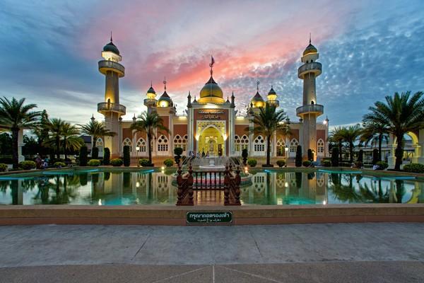 Ini Pattani Central Mosque yang jadi ikon di Pattani. (Getty Images)