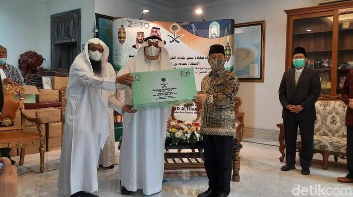 Pemerintah Arab Saudi memberikan sembako di bulan Ramadhan.