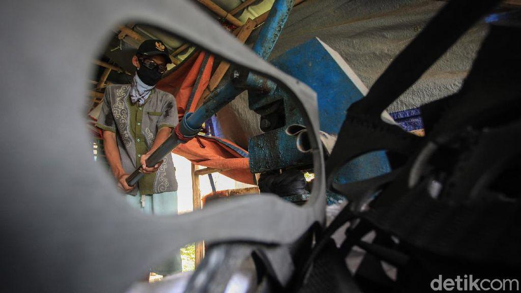 Perajin di Tangerang Mengolah Limbah Jadi Rupiah