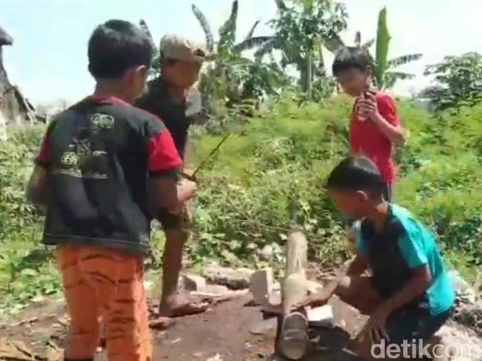 Permainan tradisional meriam bambu tetap digemari anak-anak di Kota Pasuruan. Dentuman meriam karbit tersebut terdengar di pusat kota, saat menjelang buka puasa atau ngabuburit.