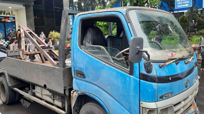 Polisi tangkap sopir derek liar di Tol Halim, Kamis (15/4/2021).