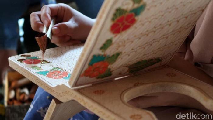 Pedukuhan Krebet, Kalurahan Sendangsari, Bantul, terkenal akan sentra pembuatan batik kayu. Salah satunya dituangkan untuk rekal atau tatakan berbahan kayu untuk membaca Al-Quran.