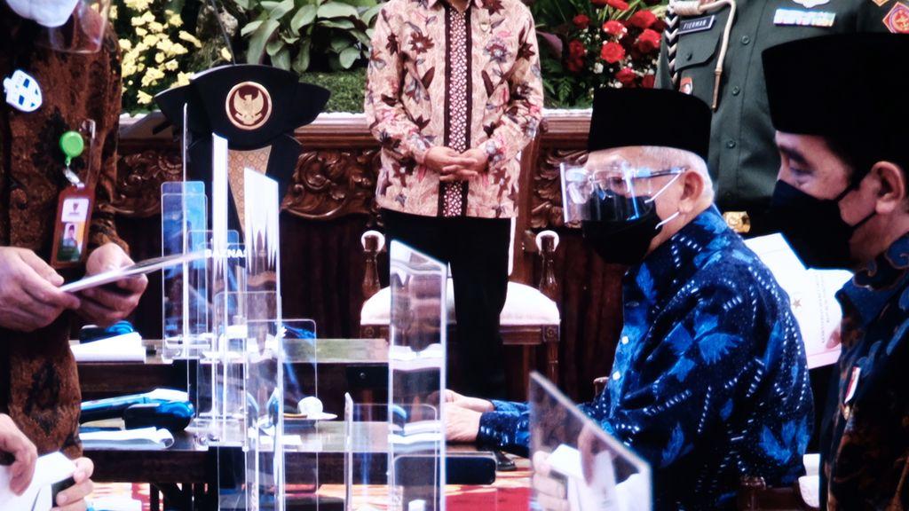 Presiden Jokowi hingga para menteri menyerahkan zakat di Istana Negara, Kamis (15/4/2021), usai peluncuran Gerakan Cinta Zakat.