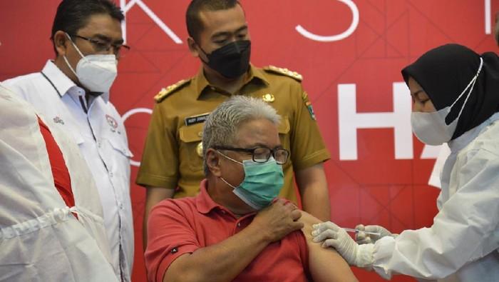 PT Semen Padang bekerjasama dengan Pemprov Sumatra Barat gelar vaksinasi COVID-19 untuk lansia. Hal itu dilakukan sebagai upaya memutus rantai penyebaran Corona