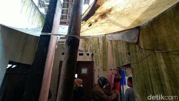 Sekeluarga tinggal dalam rumah rusak parah di Desa Gondangmanis Kecamatan Bae Kudus, Kamis (15/4/2021).