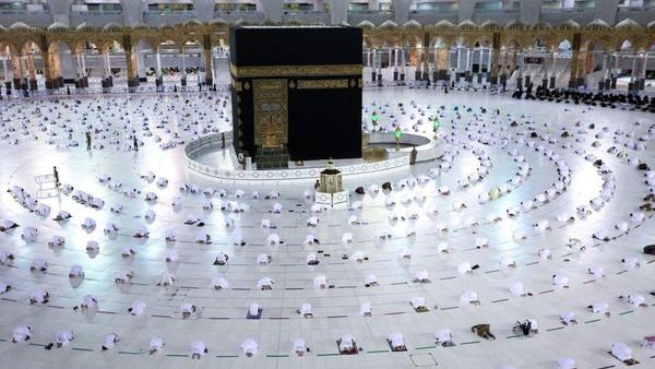 Menurut Presidensi Umum Urusan Dua Masjid Haram, disinfeksi dan sterilisasi selama bulan Ramdhan di masjidil Haram ditingkatkan. Botol sekali pakai berisi air zam-zam didistribusikam ke aula, area alun-alun, dan jemaah. (AFP)