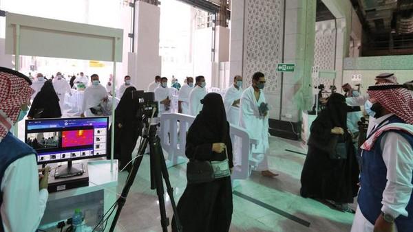 Menurut pihak berwenang, ada 100 petugas yang akan mengarahkan jemaah ke tempat yang ditentukan dari pintu masuk. Kamera termal dipasang untuk mendeteksi suhu udara dan gejala penyakit bagi jemaah. (AFP)