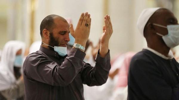 Ramadhan kali ini, tentu banyak umat muslim yang sudah rindu kembali memanjatkan doa di depan kabah. Namun tak semua bisa mewujudkan keinginan mereka karena pandemi Corona. (AFP)