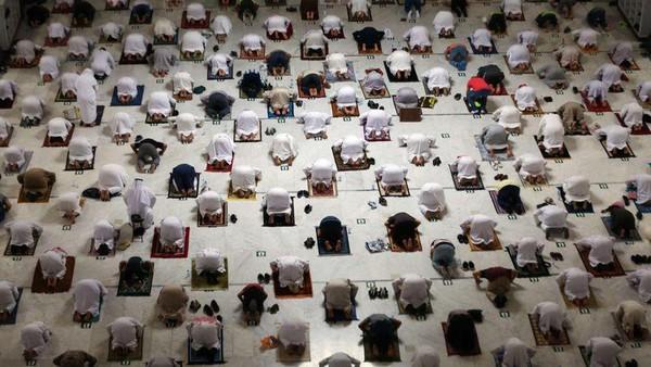 Kapasitas dibatasi hanya 50.000 jemaah untuk umrah dan 100.000 jemaah per hari. Kebijakan menjaga jarak sosial diterapkan. (AFP)