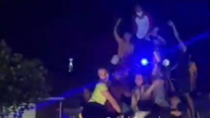 Tangkapan layar video viral muda-mudi di Wajo, Sulsel joget erotis saat bangunkan warga sahur (dok. Istimewa).