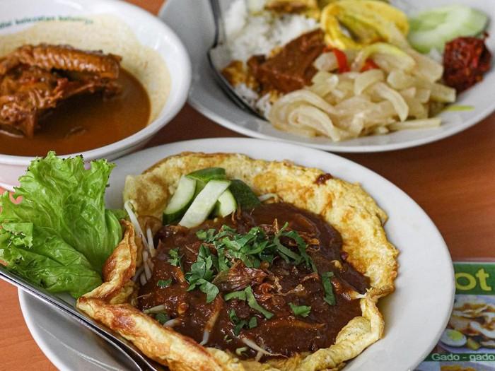 tempat makan khas Surabaya untuk buka puasa. Ada menu rawon hingga tahu campur.