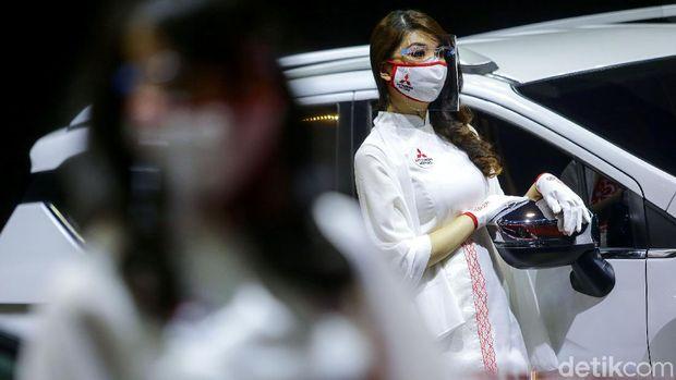 Para gadis cantik di pameran otomotif kerap curi perhatian pengunjung. Meski kenakan masker dan face shield, kehadiran para gadis cantik ini tetap dinanti.