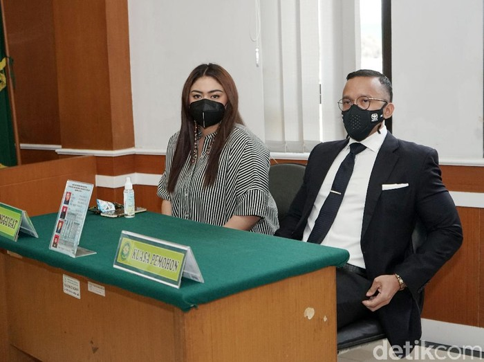 Thalita Latief dan Maruli Tampubolon saat ditemui di Pengadilan Agama Jakarta Pusat.