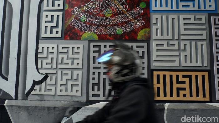 Bandung - Ada banyak hal menarik yang dilakukan warga Bandung dalam menyalurkan kreativitasnya. Salah satunya, gang sempit di tengah pusat kota ini disulap jadi kampung wisata, budaya, dan kaligrafi.