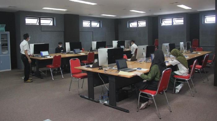 Ujian Tulis Berbasis Komputer (UTBK) Seleksi Bersama Masuk Perguruan Tinggi Negeri (SBMPTN) digelar Universitas Brawijaya (UB). Ada 17 gedung yang digunakan.