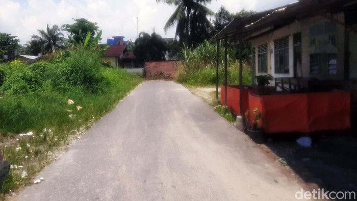 Seorang warga di Pekanbaru, Riau, menutup akses jalan dengan tembok setinggi 2 meter. Akibatnya, kendaraan tak bisa melintasi jalan tersebut.