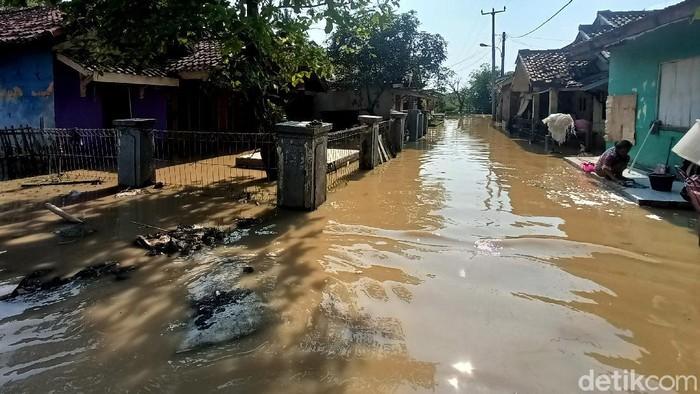 Banjir merendam puluhan rumah di Kampung Pangasinan, Kabupaten Karawang, Jawa Barat. Warga terdampak banjir ini jumlahnya sebanyak 90 kepala keluarga.