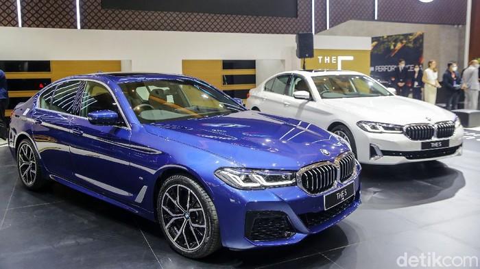 Ajang Indonesia International Motor Show (IIMS) Hybrid 2021 telah dimulai. BMW langsung memamerkan dua Seri 5 terbarunya, 520i M Sport dan 530i Opulence.