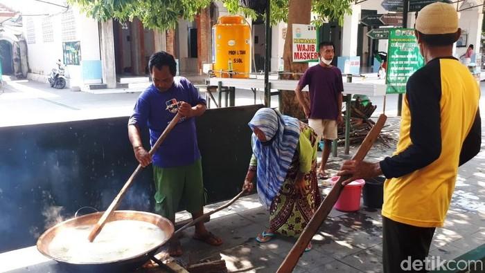Kuliner khas saat Ramadhan yang tak pernah lekang oleh waktu di bumi wali Tuban yakni Bubur Suro yang selalu disajikan oleh warga sekitar Makam Sunan Bonang.