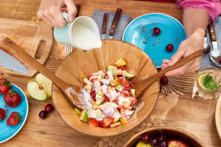 cara membuat salad buah sederhana yang segar untuk buka puasa.
