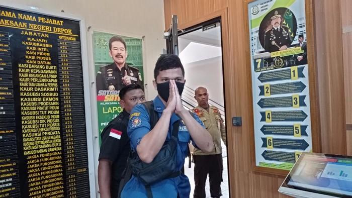 Personel Damkar Depok, Sandi memenuhi panggilan pemeriksaan Kejari Depok, Jumat (16/4/2021).