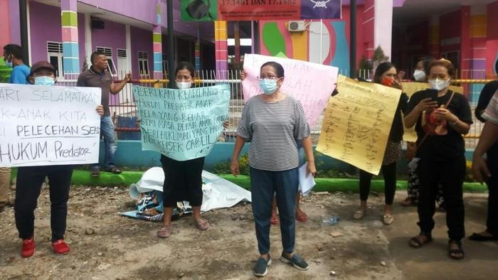 Demo di depan salah satu sekolah terkait dugaan kepsek lecehkan siswi (Datuk-detikcom)