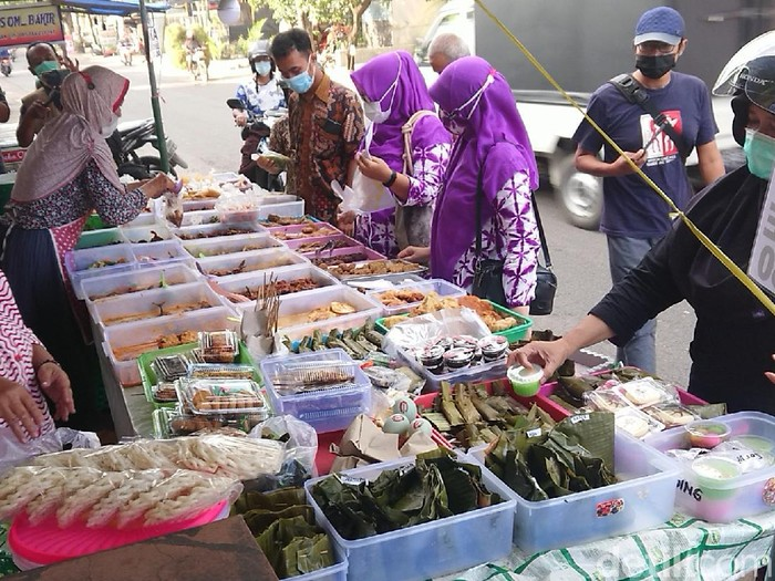 Dinkes Tulungagung melakukan uji sampel puluhan makanan yang dijual para pedagang kali lima. Hasilnya, ditemukan empat jenis makanan yang mengandung zat berbahaya.