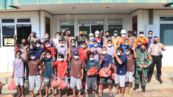 Sebuah kapal nelayan terbakar hingga karam di Laut Jawa, Bangka Belitung pada Kamis (15/4). Kini, 16 nelayan sudah dievakuasi dan dipulangkan dari Tuban.