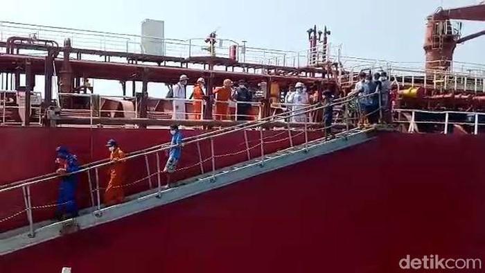 Sebuah kapal nelayan terbakar hingga karam di Laut Jawa, Bangka Belitung pada Kamis (15/4). Kini, 16 nelayan sudah dievakuasi dari Kapal Master (MT) Queen Majesty.