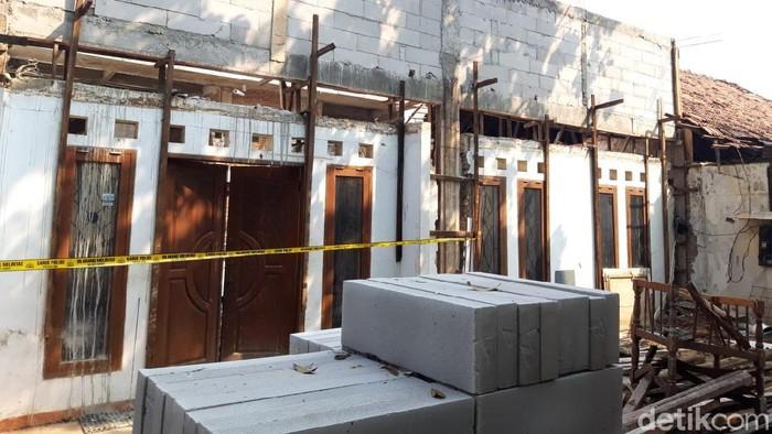 Garis polisi dipasang di lokasi 2 kuli bangunan tewas tertimpa tembok roboh di Bendungan Hilir, Jakpus (Rakha/detikcom)