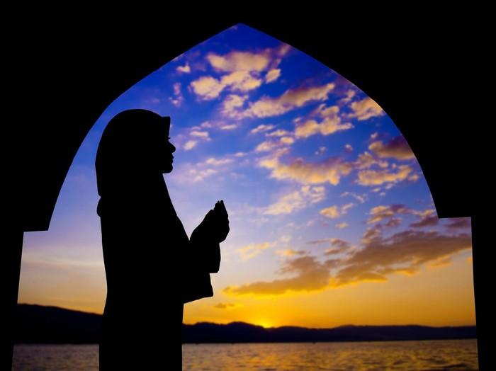 Doa setelah sholat tahajud. Foto: Getty Images/iStockphoto/vanbeets