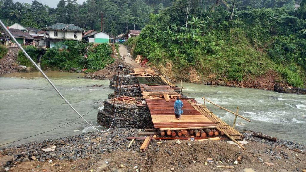 Warga Iuran Bangun Jembatan di Lebak yang Tak Kunjung Diperbaiki