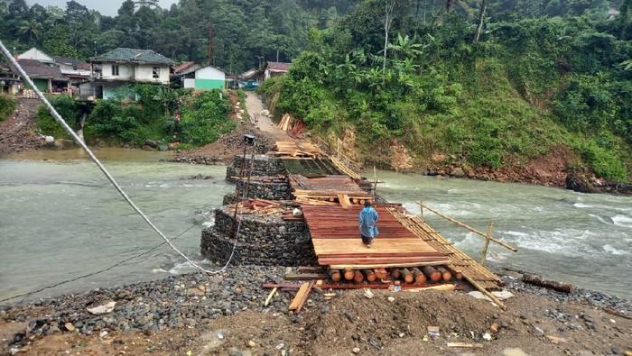 Pembangunan Jembatan Muhara di Lebak Banten ini hasil swadaya warga.