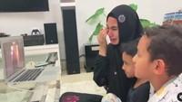 Air Mata Kartika Putri Tumpah saat Video Call dengan Anak yang Jauh di Yaman