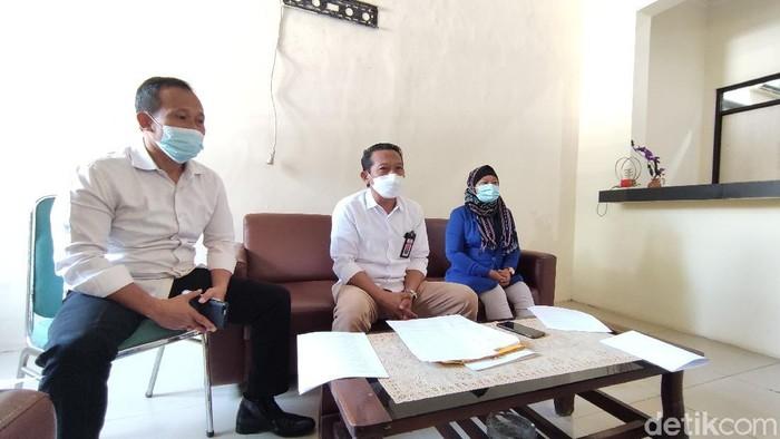 Ketua KIP Jateng, Sosiawan (tengah), saat memberikan keterangan terkait oknum anggotanya dilaporkan KDRT, Jumat (16/4/2021).