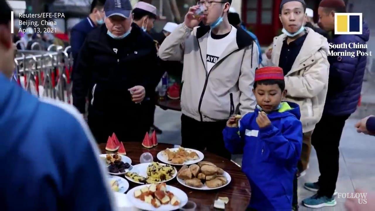 Potret Muslim di Cina Buka Puasa di Masjid Berusia 579 Tahun