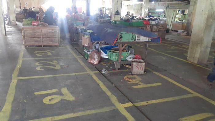 Kondisi pembagian lapak relokasi di Pasar Minggu. Para pedagang korban kebakaran bisa menempati lapak seluas 1,2 x1,2 meter.