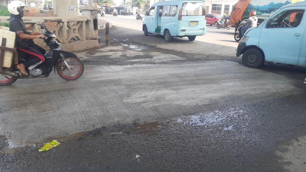 Pemkot Bekasi Tambal Lubang Besar di Jembatan Kincan Jl KH Noer Ali
