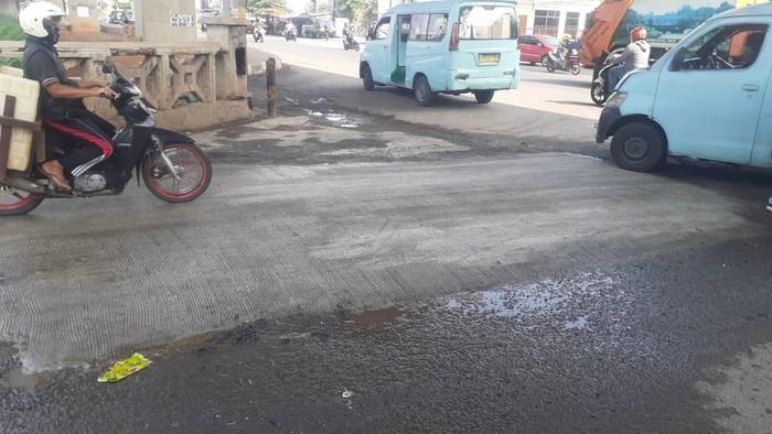 Lubang di Jembatan Kincan, Jl KH Noer Ali, Kota Bekasi telah ditambal.