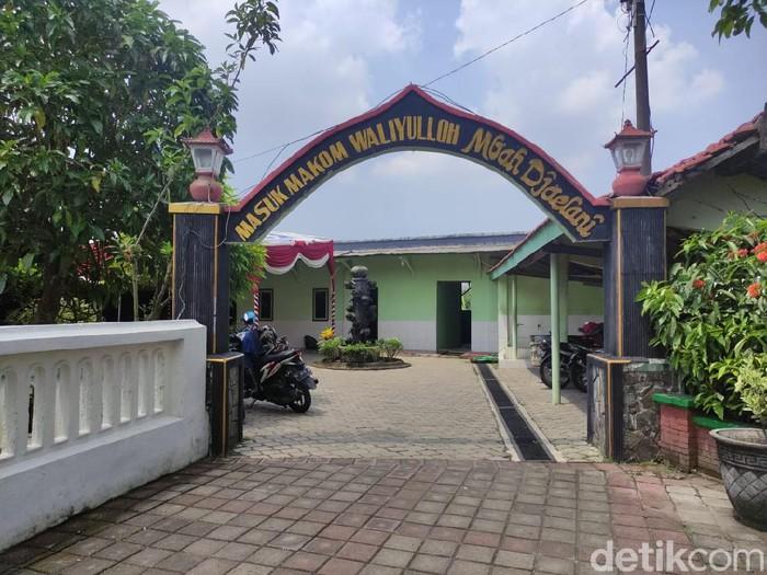 Makam Mbah Jaelani di Desa Kajeksan, Kecamatan Tulangan tak pernah sepi peziarah. Terlebih saat Bulan Ramadhan, banyak yang datang dari berbagai kota.