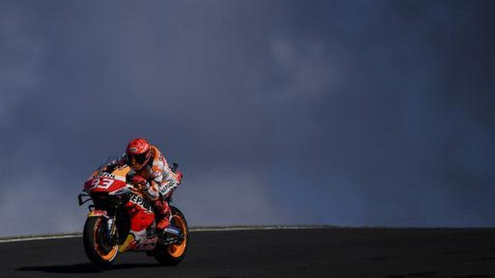 Repsol Honda Teams Spanish rider Marc Marquez rides during the first MotoGP free practice session of the Portuguese Grand Prix at the Algarve International Circuit in Portimao, on April 16, 2021. (Photo by PATRICIA DE MELO MOREIRA / AFP)