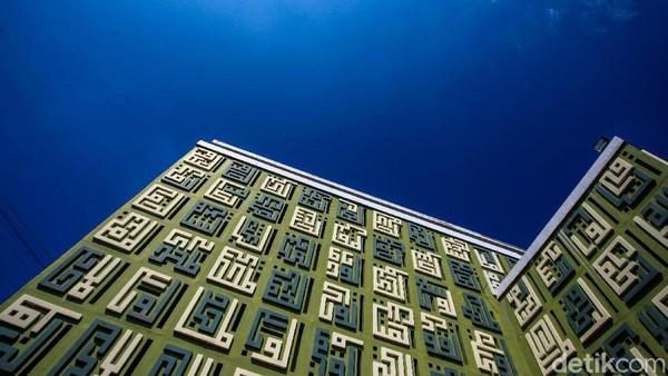 Bentuknya yang visioner, berbentuk kubus tanpa kubah dengan berbalut kaligrafi kufi bertuliskan Asmaul Husna.