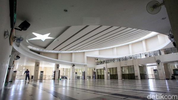Di bagian dalam, desain atap membentuk bulan bintang, salah satu simbol umat Islam.