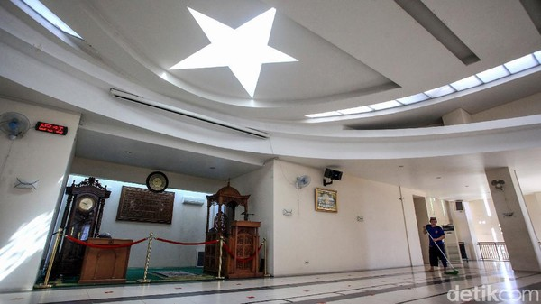 Plafon di dekat mimbar terlihat unik dengan bentuk bintang.