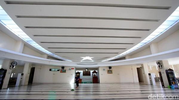 Desain interior masjid juga unik.