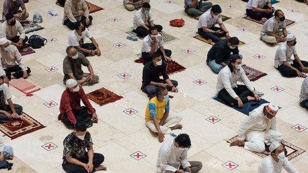 Salat Jumat pekan pertama Ramadhan 1442 H di Masjid Istiqlal, Jakarta, JUmat (16/4/2021).
