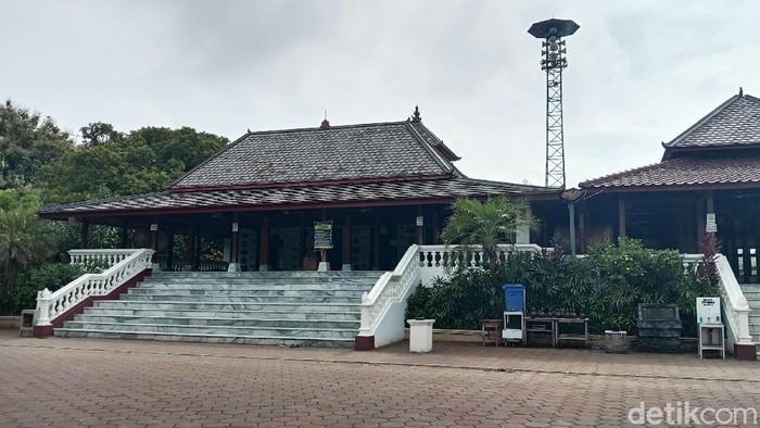 Masjid Mantingan merupakan bangunan masjid kuno yang terletak di Desa Mantingan, Jepara, Jateng. Masjid itu dibangun pada masa pemerintahan Ratu Kalinyamat pada abad ke-16.