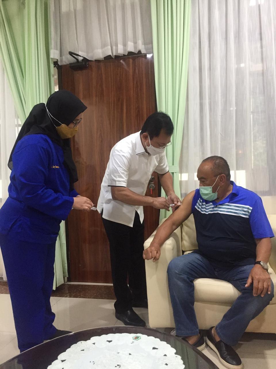 Momen Aburizal Bakrie Disuntik Vaksin Nusantara oleh Terawan (Foto: dok Istimewa)