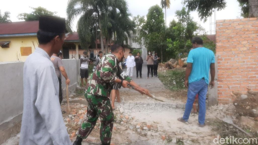 Tembok 2 Meter yang Tutup Jalan di Pekanbaru Akhirnya Dibongkar!
